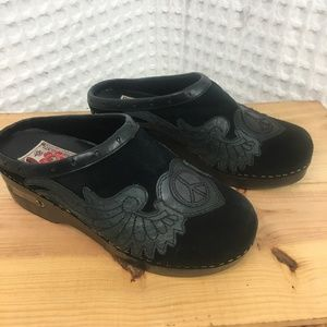Lucky Brand Fable Black Suede Peace Sign Clogs 7.5